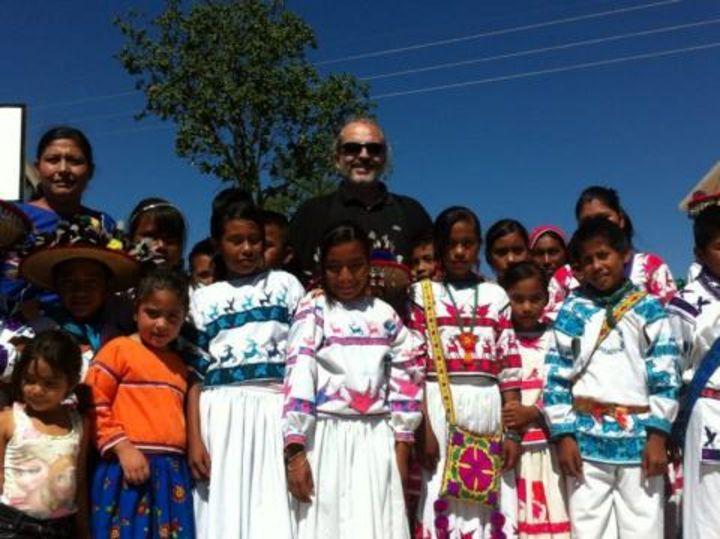 Miguel Bosé inaugura albergue en Durango